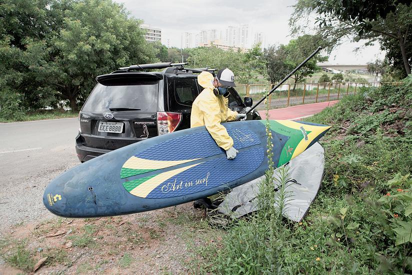 Missão radioativa: Amendoim se prepara para singrar o Pinheiros sobre sua prancha de stand up
