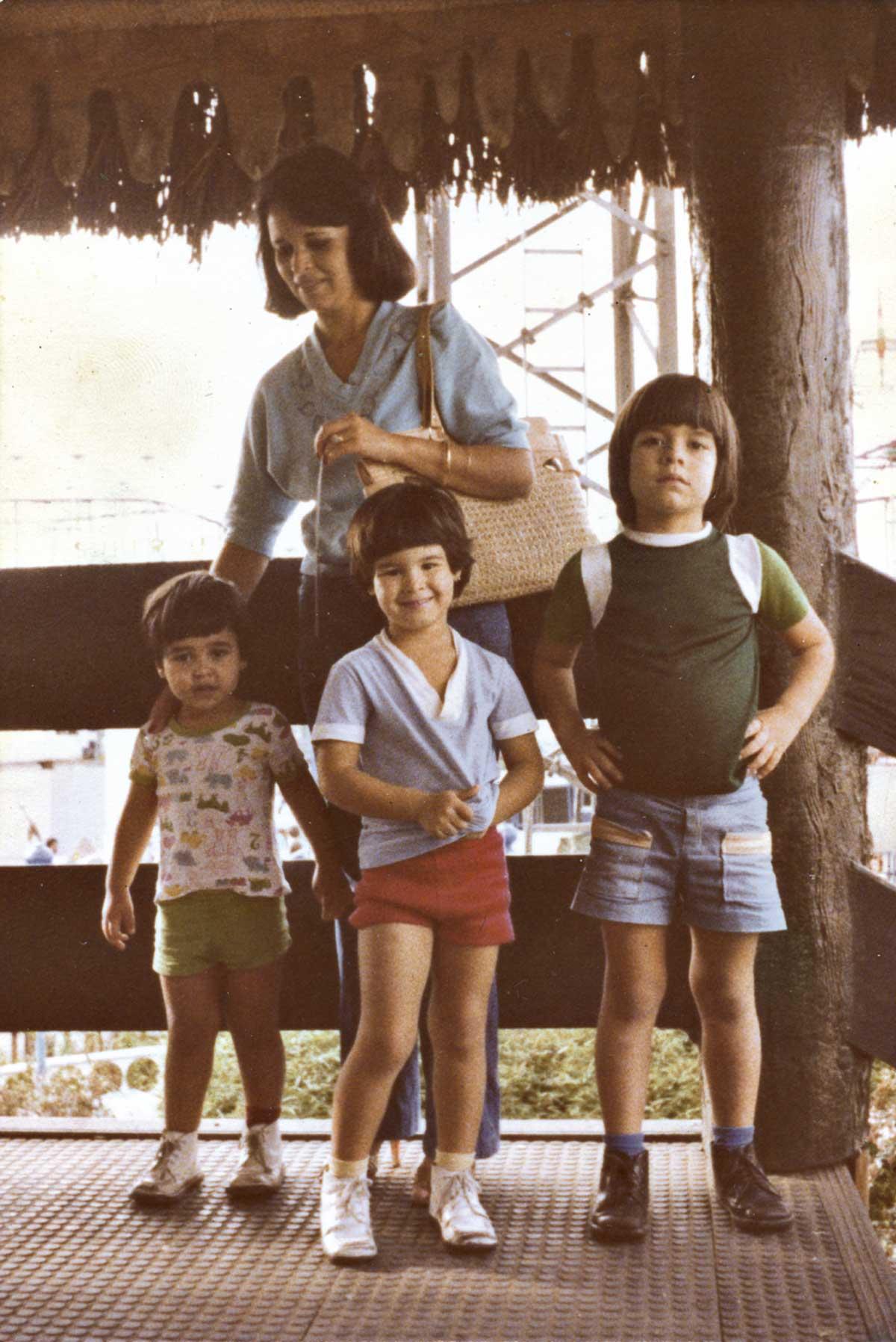 Com a mãe e os irmãos mais novos no Playcenter