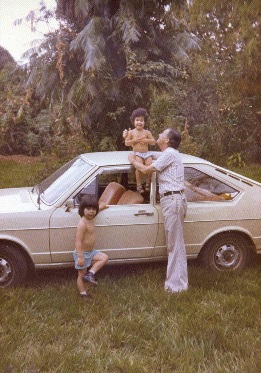 No sítio da família com o avô paterno e a irmã