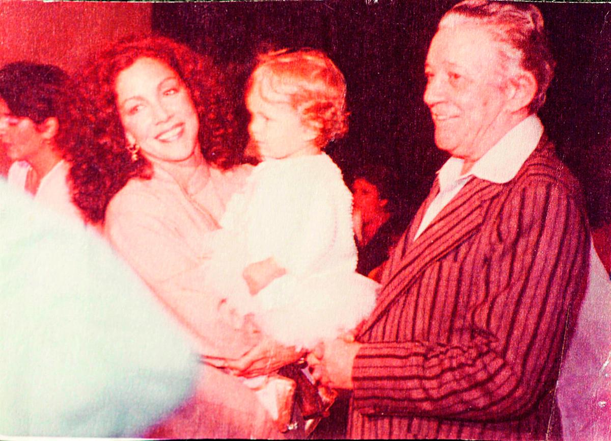 Com sua mãe Angela Leal e o avô materno, Américo Leal