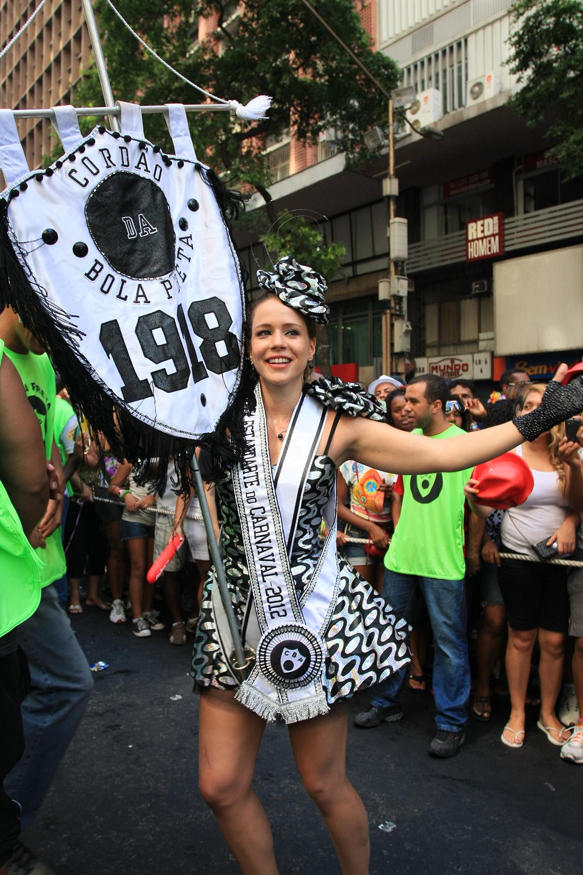 No Cordão do Bola Preta, no Rio, do qual é porta-estandarte