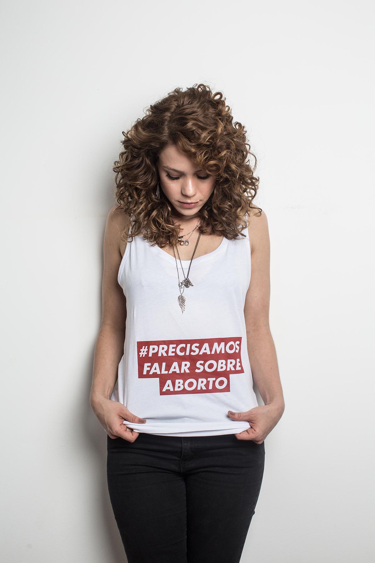 Leandra em foto da edição de novembro da revista Tpm, em defesa da legalização do aborto