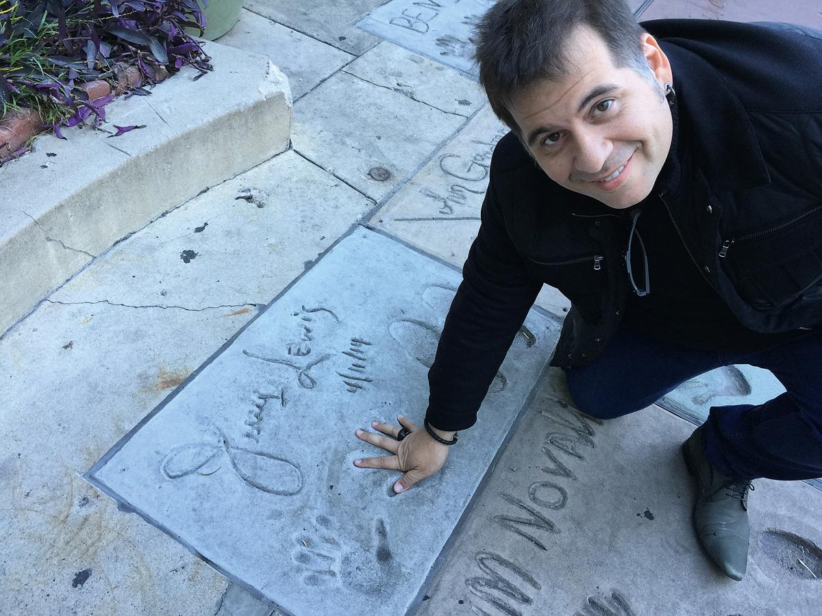 Leandro Hassum em 2013, na Calçada da Fama, em Los Angeles, de mãos dadas com o mestre da comédia, Jerry Lewis,