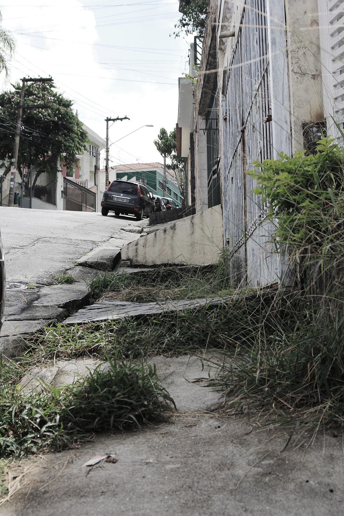 Rua Almirante Noronha, perto do nº 766, Jd. São Paulo: cuidado, obstáculos na pista