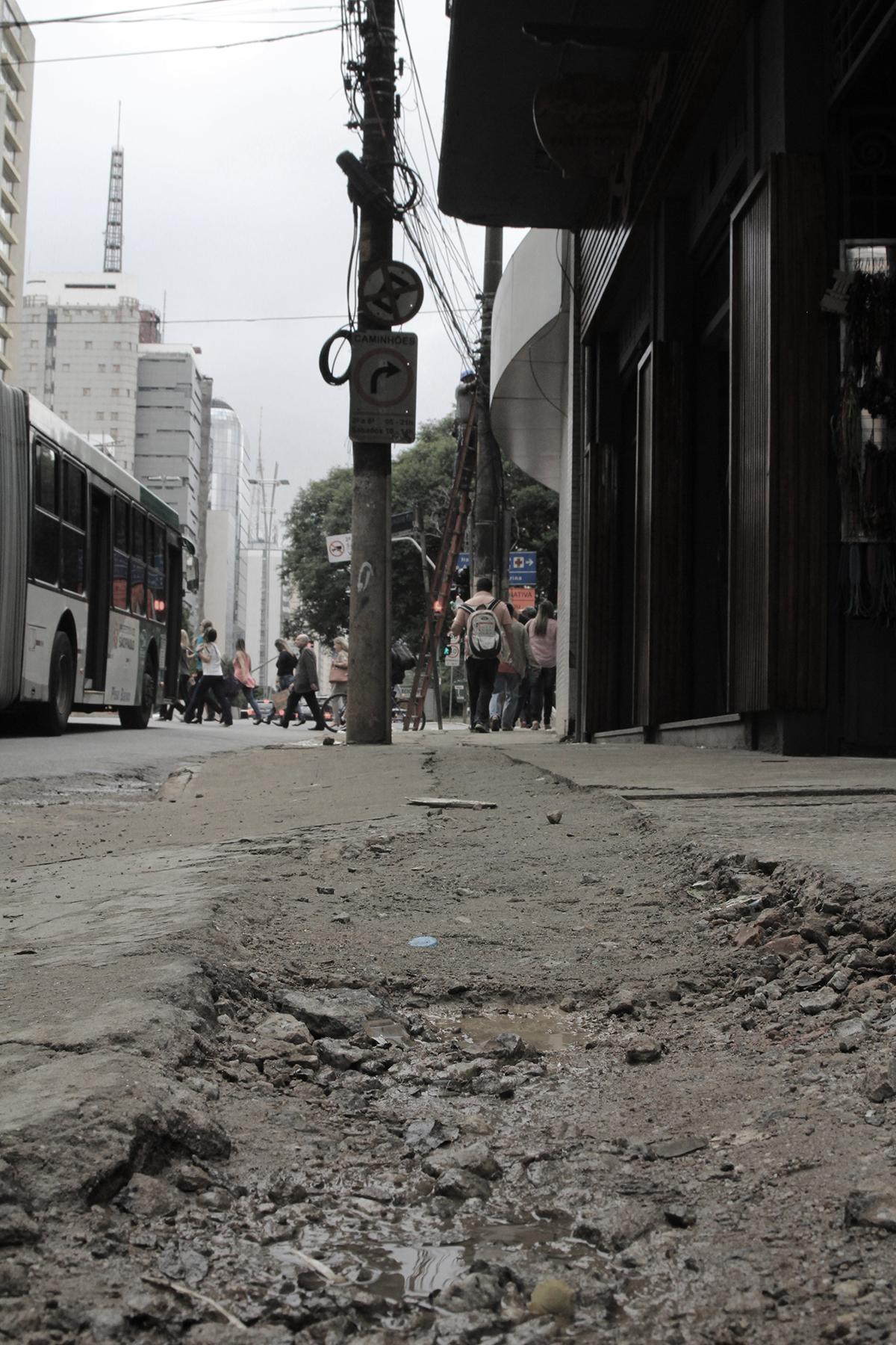 Rua Bernardino de Campos, perto do nº 79, Vila Mariana: mal dá pra dizer que existe calçada nesta calçada – é mais um lamaçal, pântano de concreto