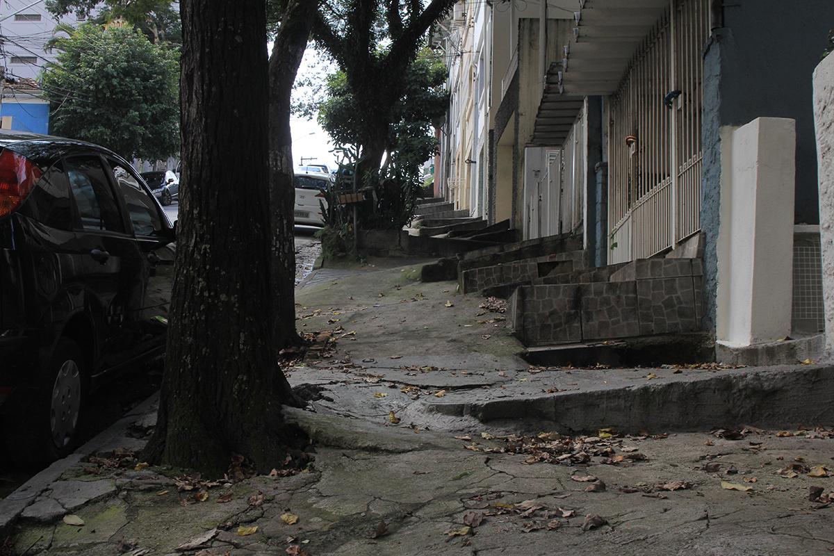 Rua Aimberê, perto do nº 1.255, Sumaré: a calçada feita em estacada; o pedestre, em alpinista