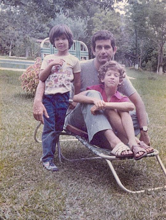 Com o pai e a irmã