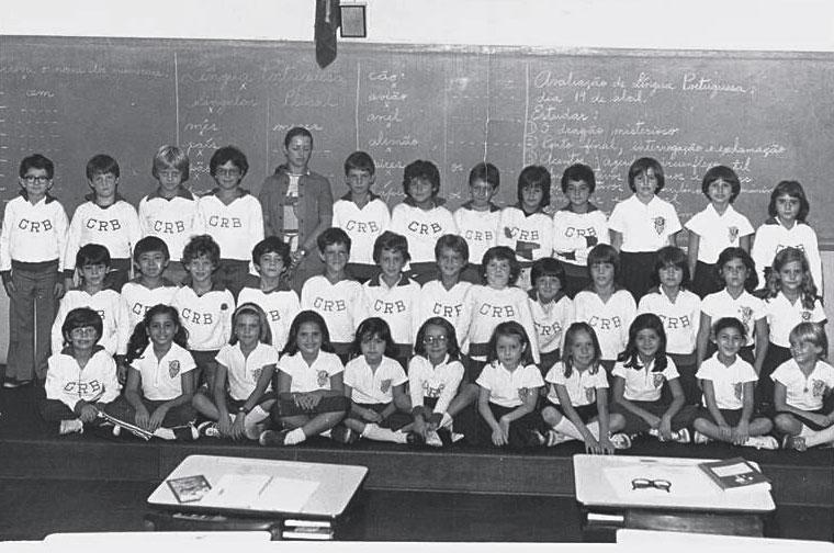 Na classe da 4ª série, o terceiro da esquerda para a direita, na fila do meio