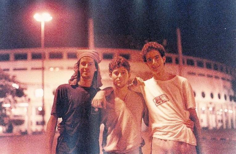 """Com """"os amigos da vida toda"""" Alexandre Edelstein e Sérgio Felberg, em frente ao estádio do Pacaembu"""
