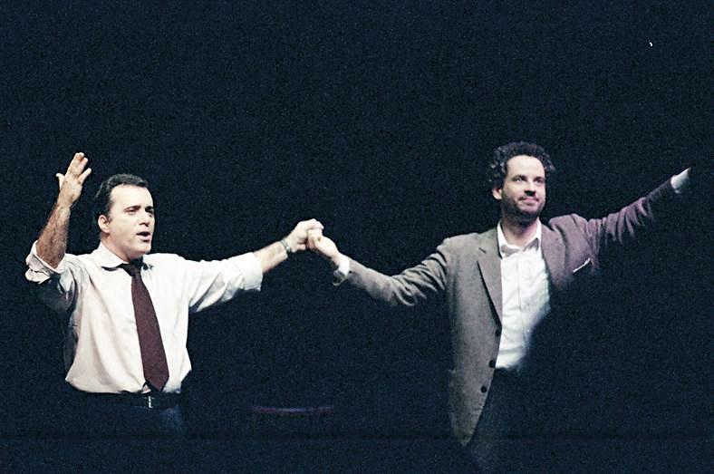 Com Tony Ramos na peça Novas diretrizes em tempos de paz, de 2002