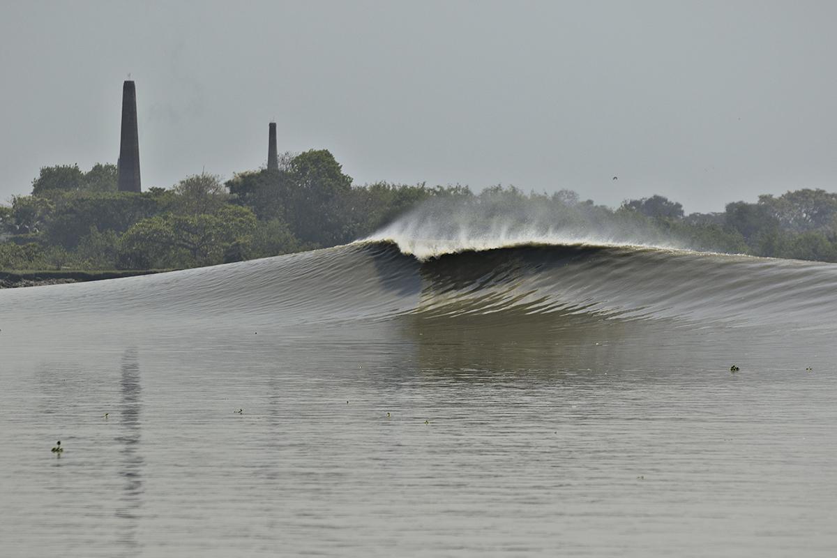 Baan, a pororoca indiana, no rio Hooghly