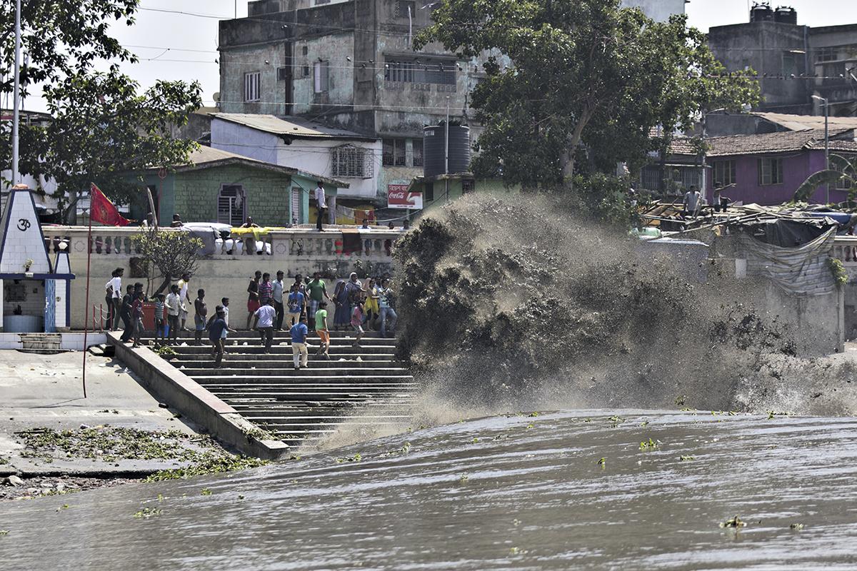 Maré explode na margem e assusta moradores da região