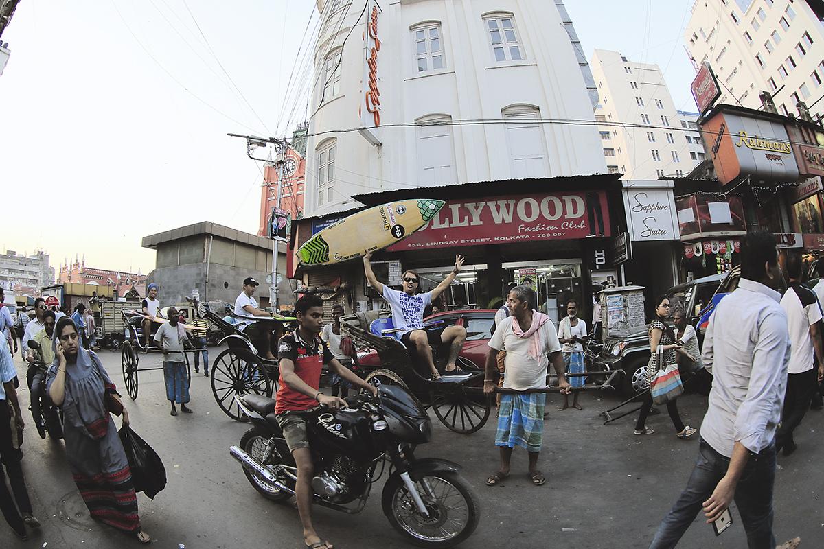 Serginho Laus, Everaldo ''Pato'' Teixeira e Massatoshi Ohno dando um rolé à moda antiga no centro de Calcutá