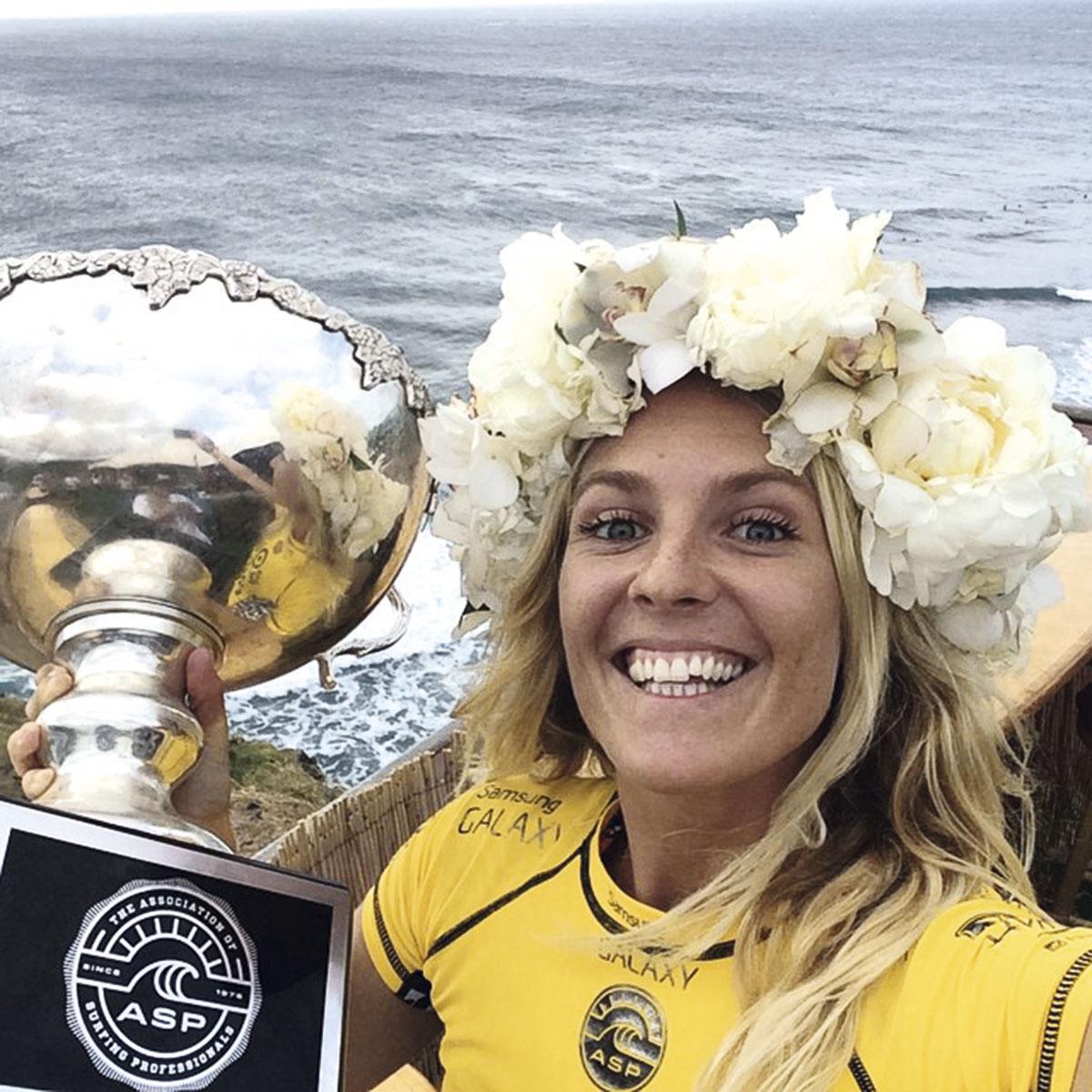 Stephanie Gilmore comemorando sua sexta vitória no mundial de surf, no ano passado