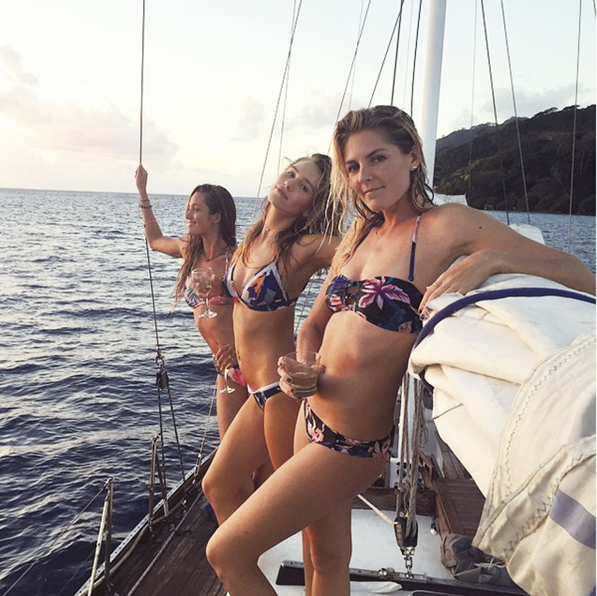 Stephanie Gilmore curtindo com as amigas, a modelo Zoe Cross e a surfista Monyca Eleogram