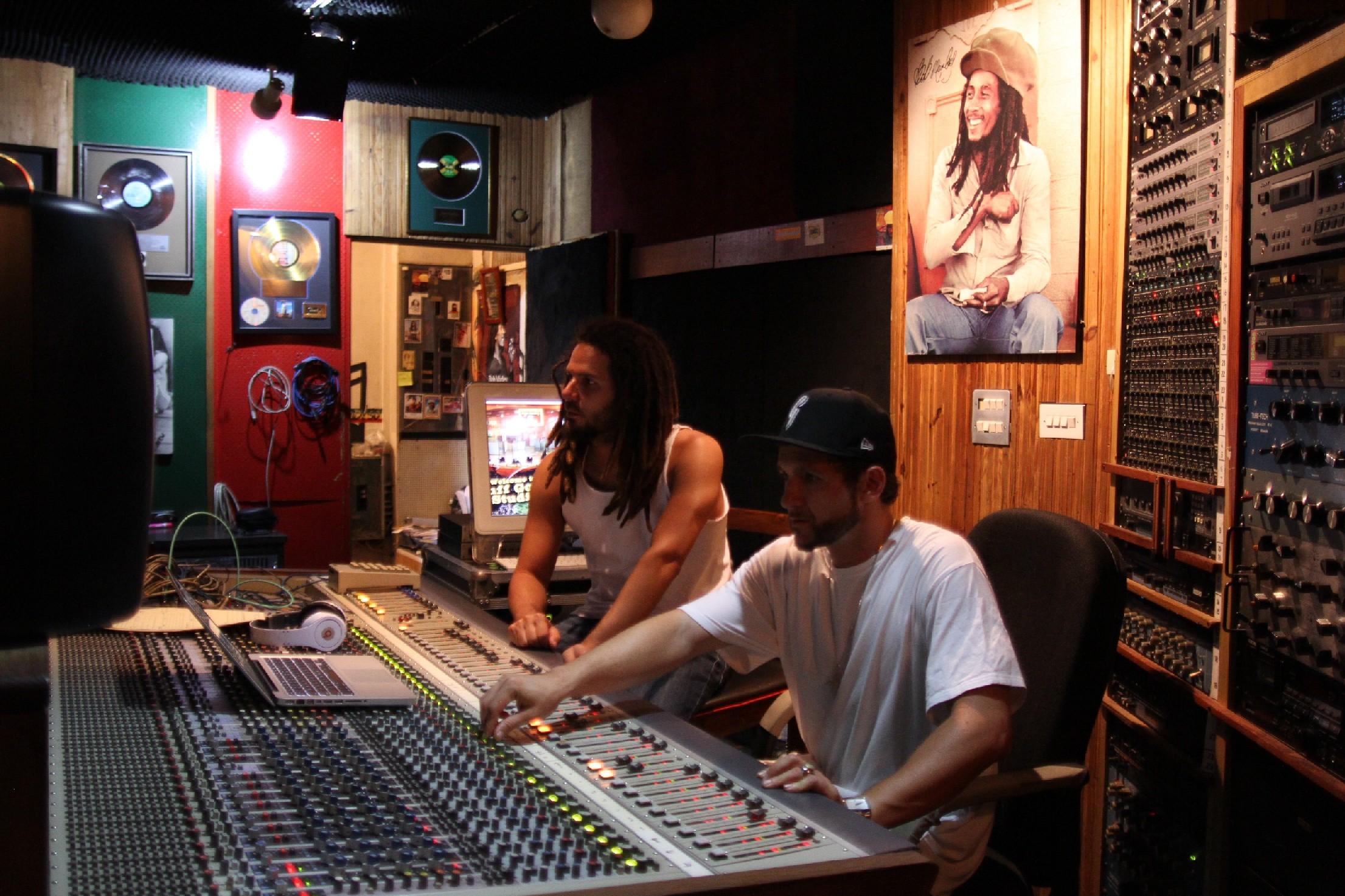 Na mesa de mixagem do Tuff Gong com o produtor Gustah