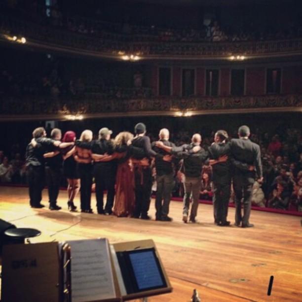 Wanderléa, a Ternurinha, e sua banda saudando o público no Teatro Municipal