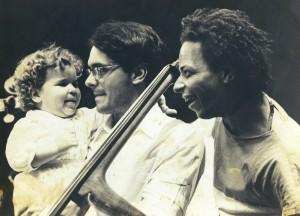 Com o pai, o músico baiano Renato Matos (à dir.); no colo do contrabaixista Alex Queiroz