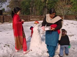 Fazendo boneco de neve na escolinha na Índia