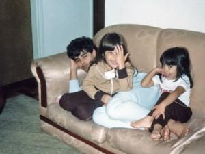Com cara de sapeca – e mão no rosto – no apartamento da Mooca, aos 5 anos, com o pai e a irmã, Camila