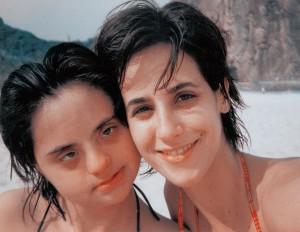 Com a irmã, Melina, dez anos mais nova