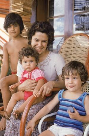 Família  reunida:  João ao fundo, a caçula  no colo da mãe, e Pedro, no início de 1979