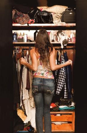 Taís abre o guarda-roupa para escolher o que vestir para trabalhar. Entre as centenas de peças, Tufi Duek e Marc Jacobs. No alto, à dir., o gato de estimação, que dorme com ela