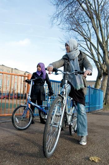 """Anisah e Alema (à frente): """"As mulheres imigrantes, depois de uns  dez anos em Londres, tornam-se muito mais livres"""""""
