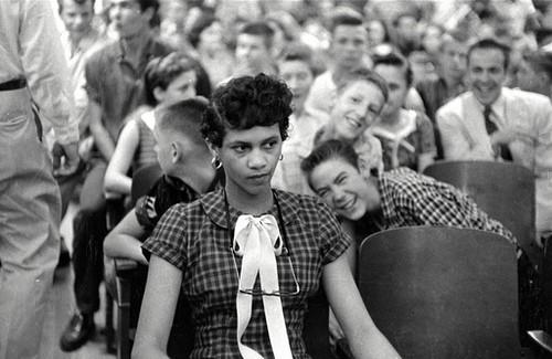 Dorothy Counts foi a primeira estudante negra admitida em uma escola pública americana (de brancos). A fotografia retrata seu primeiro dia de aula na Universidade de Harry Harding, na Carolina do Norte (EUA), em 4 de setembro de 1957.