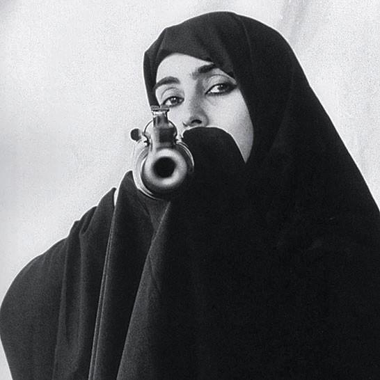Foto da artista Shirin Neshat, em exposição no Hirshhorn Museum, em Washington