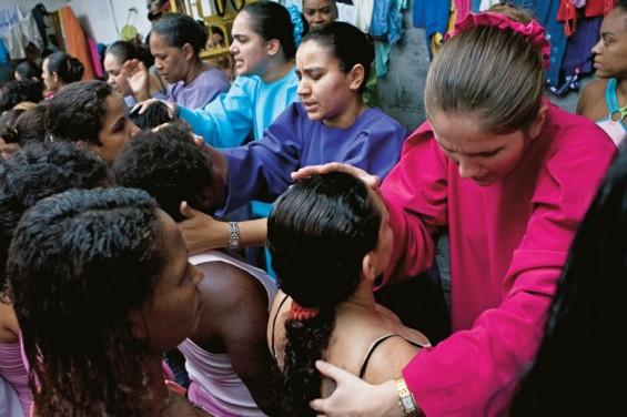 Guardiãs do Éden  Flávia Baptista (de rosa), Silvana dos Santos (no meio) e Nivea Silva fazem seu trabalho no pátio da delegacia de São Gonçalo, Rio de Janeiro