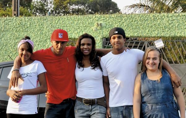 Com Mano Brown e os filhos, Domenica e Jorge, e Duda, recepcionista da Boogie Naipe