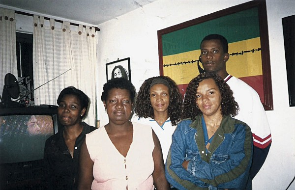Com a mãe, Cida, e os irmãos