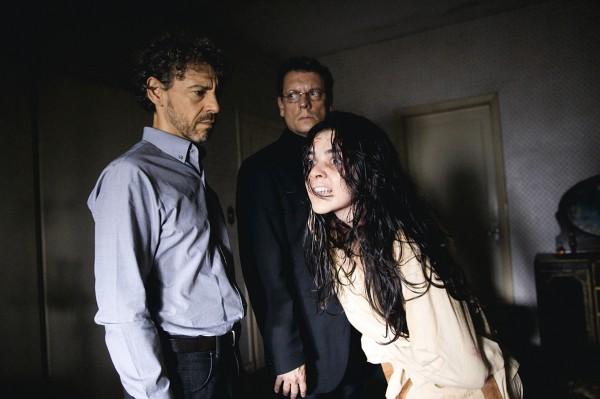 O ator Emilio Mello (esq.) em cena do episódio sobre possessão demoníaca