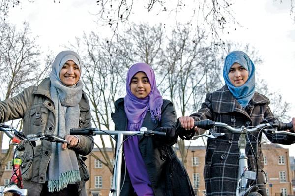 Alema, Anisah e Bushra, as novas ciclistas da capital inglesa