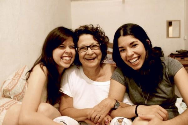 Gabriela com a neta Tatiany (à esq.) e a companheira dela, Karina
