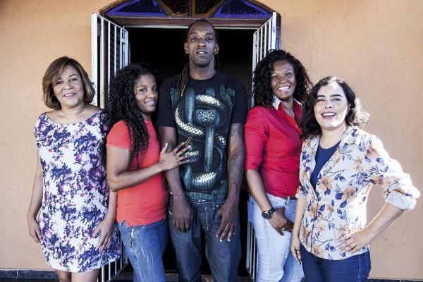 O rapper Blue com as quatro mulheres quem comandam a Boogie Naipe: Meire, Vanessa, Eliane e Ana Paula