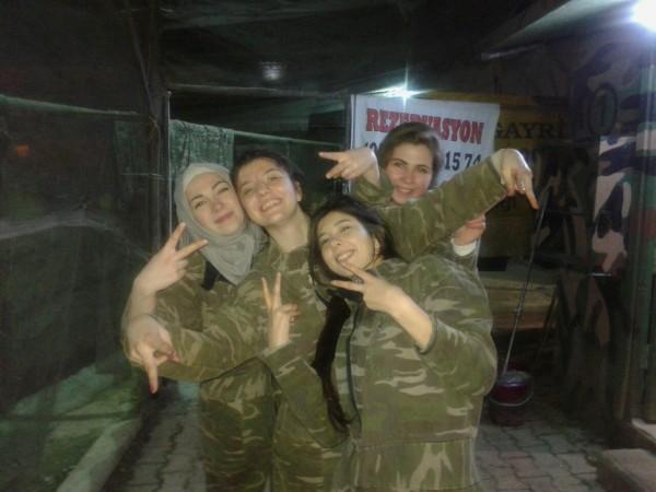 Em Instambul com amigos sírios em um paintball