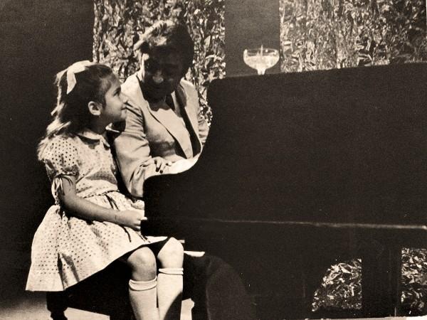 A estreia, em 1974, ao lado do ator Luis Gustavo em teleteatro da TV Cultura
