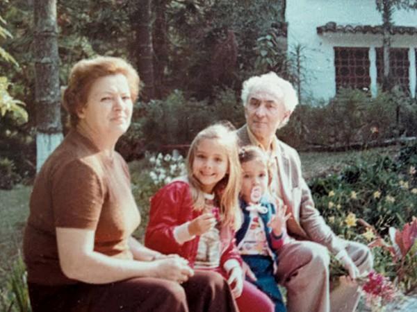Nos anos 80 com os avós húngaros, Ferenc e Ilona, ''xará e inspiração'', e a irmã mais velha