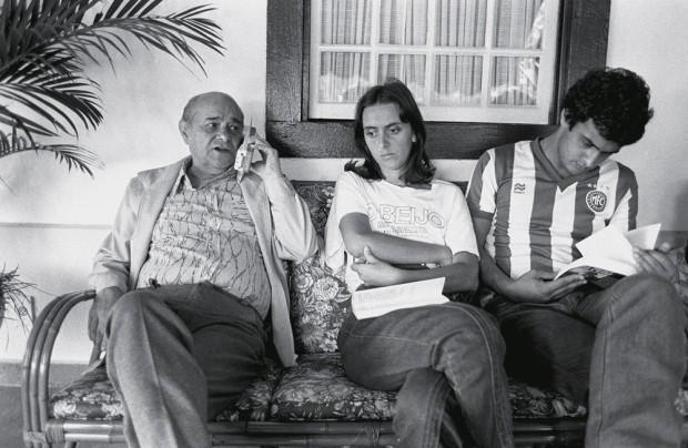 Tancredo Neves, então candidato à presidência da República, ao lado dos netos Andrea e Aécio, em Belo Horizonte (MG), 1984