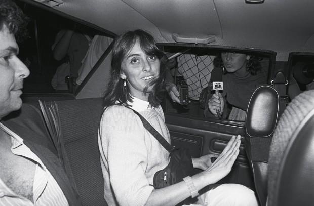 Andrea Neves deixa o hospital após visitar o avô, Tancredo Neves, em 1985
