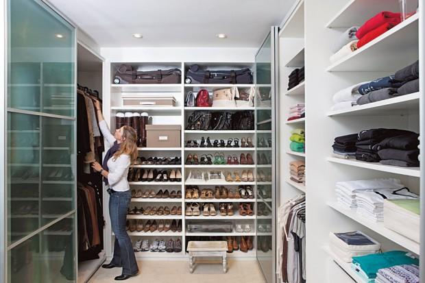 Sempre novo As caixas de sarja também são decorativas em armários sem portas. A caixa baú, que fica perto dos sapatos e onde Isabel guarda cachecóis e malhas, sai por R$ 250, na Utilitá. Caixas organizadoras da Tok & Stok variam de R$ 19,90 a R$ 29,90. Enchimentos para botas da Utilitá custam entre R$ 7 e R$ 15