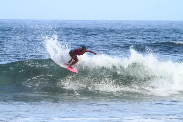 A surfista Suelen Naraísa pede o fim do machismo no esporte.