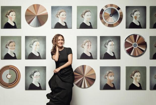 Adriana em seu ateliê, no Rio, diante da parede com 33 quadros da série Polvo que estarão até maio no Galpão Fortes Vilaça, em São Paulo