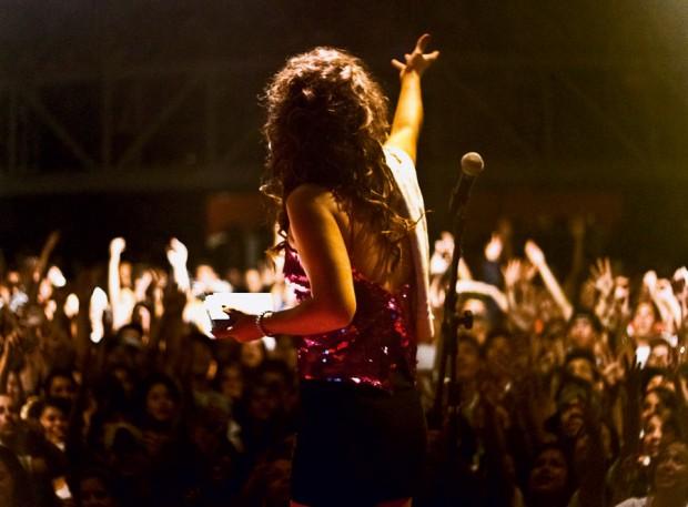 Flora se apresenta  em Curitiba, onde é adorada: já cantou para 5 mil pessoas