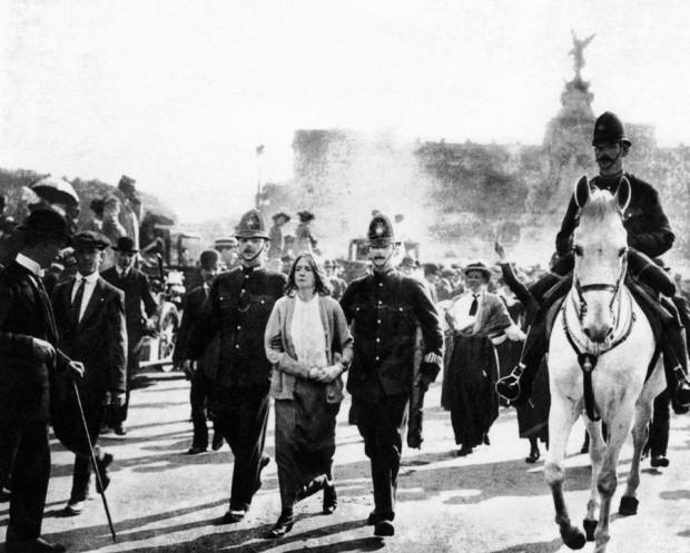 Em 1907, Dora Thewlis, na época com 16 anos, foi presa junto com outras sufragistas ao tentar invadir o parlamento britânico, exigindo o direito das mulheres votarem