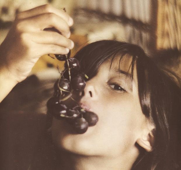 Paola aos 9 anos, na casa dos avós maternos