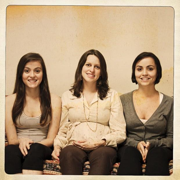 Clarissa Presotti, 30 anos - Julia, 15, e Manuela, 18, com a mãe do futuro irmãozinho