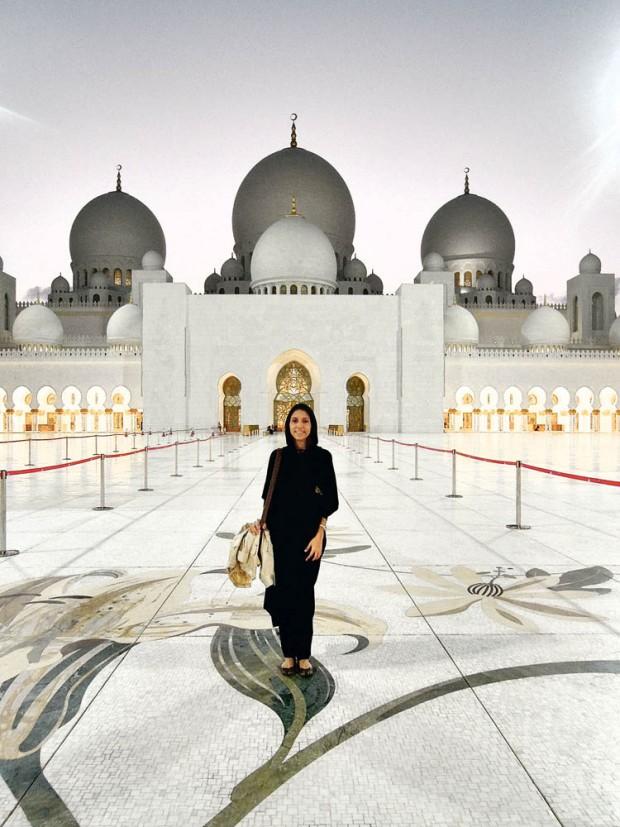 Vanessa, a autora deste texto, no dia em que usou uma abaya, diante da Grande Mesquita em Abu Dhabi